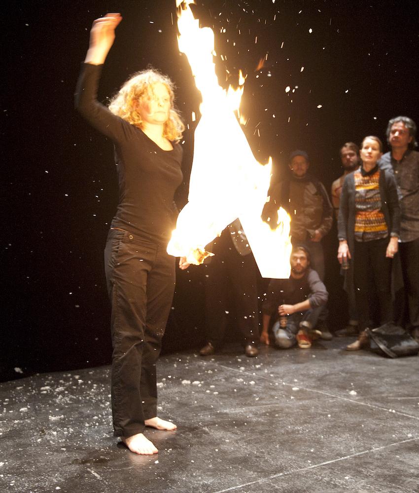 3x eine Kerze lang - about nothing: BONE 15, Schlachthaus Theater Bern (CH), 2012. Foto: Martin Rindlisbacher